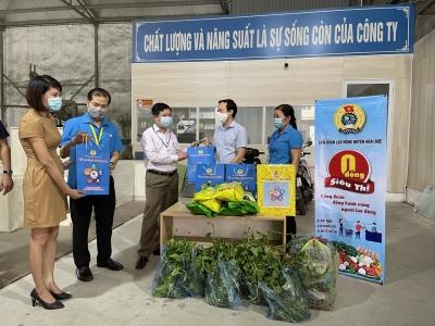 LĐLĐ huyện Hoài Đức cùng công ty CP Tập Đoàn SAFUCO tổ chức trao tặng quà cho người lao động.